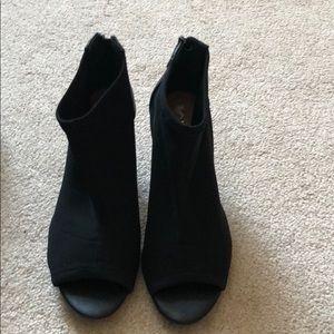 New, never worn Tahari Dixie peep toe heels sz6.5